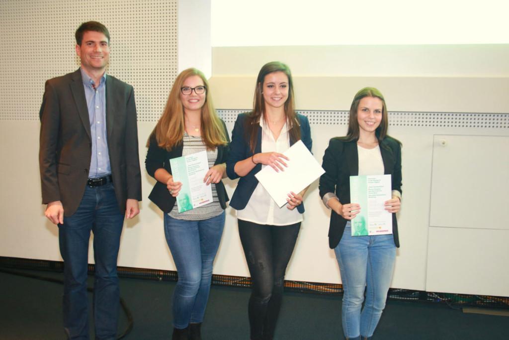 """Hanna Clemenz, Lea Karrenbrock und Sarah Baus vom Saarpfalz-Gymnasium Homburg gewannen mit dem Videobeitrag """"Dear Unidentified"""" zum Thema Cybermobbing den Preis in der Kategorie Online/Digital. Foto: Groß"""